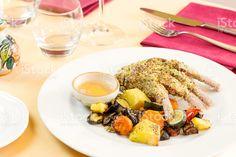 Cotoletta di agnello cotti con pistacchio pasta e verdure grigliate un foto stock royalty-free