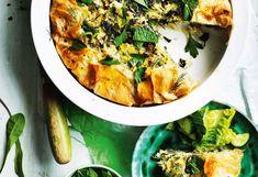 Kräuter-Spinat-Tarte mit grünem Salat