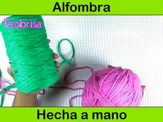 Haz una alfombra utilizando trapillo o ropa vieja Plastic Canvas Stitches, Plastic Canvas Crafts, Plastic Canvas Patterns, Diy Bags Easy, Crochet Ripple Blanket, Crochet Shoulder Bags, Hand Embroidery Videos, Diy Bags Purses, Flower Embroidery Designs