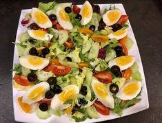 Sałatka nicejska z kurczakiem - Blog z apetytem Fruit Salad, Cobb Salad, Sushi, Food And Drink, Ethnic Recipes, Blog, Salad, Fruit Salads, Blogging