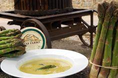 Crema d'espàrrecs verds d'en Roca de Riumors amb llesquetes de formatge d'ovella del Mas Farró