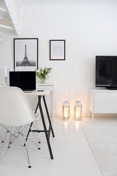 Monochrome Interior, Black And White Interior, White Houses, Interior Styling, Vanilla, Desk, Homes, Interiors, Wall