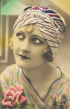 French Tinted Postcard - Now that would be a neat trick. B photo, then color added in! Flapper Era, Flapper Style, Flapper Girls, 1920s Style, Moda Vintage, Retro Vintage, Vintage Pictures, Vintage Images, Vintage Cards