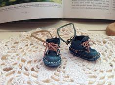 手染の革で作った小さな靴 ストラップです。革を染めて作った 履き古した様なシャビーなデザインの小さな靴です。まるで働き者の小人が履いているかのようですね。こち...|ハンドメイド、手作り、手仕事品の通販・販売・購入ならCreema。