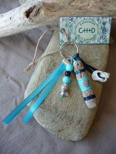 Porte clés et/ou bijou de sac en bois flotté et coquillage bleu : Porte clés par c-driftwood
