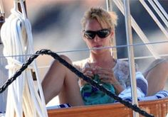 Either knitting is cool or Uma Thurman is as much of a yarn geek as me! Uma caught knitting - via Stitch Diva Studios Knitting Projects, Crochet Projects, Knitting Ideas, Boring People, Uma Thurman, Knit Or Crochet, Yarn Crafts, Photos, Pictures