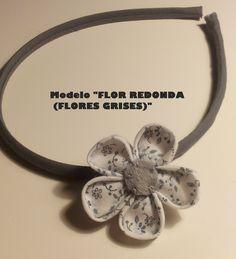 Diadema con flor redonda de tela gris