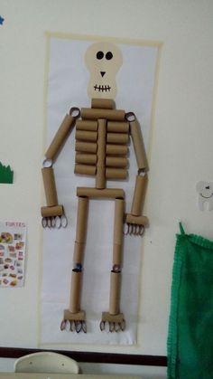 Esqueleto feito com rolinhos de papel higiênico. Simples e fácil.