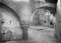 Gezicht in de kelder van de door brand vernielde panden Domplein 16 en Vismarkt 18 (Cabaret La Gaité) met de restanten van het voormalige middeleeuwse paleis Lofen: de noordelijkste van de twee zuilen, uit het westen. vervaardiger Garnier, C.M. (fotograaf)