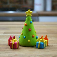 Fondant Christmas Tree | Sugarpaste Present Toppers Fondant Christmas Cake, Christmas Cupcake Toppers, Christmas Cake Designs, Christmas Tree Cake, Christmas Topper, Christmas Cake Decorations, Christmas Clay, Christmas Cupcakes, Christmas Makes