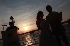 夕日をバックに船上での挙式