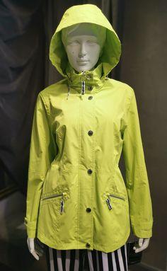 Sehr funktionaler leuchtend grüner NORMANN Raincoat / Active Wear mit schicken Details in Silber sowie Reißverschluß Abschlüssen in Schwarz und Weiß. Die Kapuze ist im Kragen integriert und kann darin versteckt werden. Die Ärmel können mit Druckknöpfen am Abschluß etwas enger gestellt werden. Die schicke Funktionsjacke hat einen verdeckten Reißverschluß mit Druckknöpfen in Silber. In der Taille kann die Jacke in der Weite reguliert werden. Active Wear, Rain Jacket, Windbreaker, Raincoat, How To Wear, Fashion, Spring Summer, Fall Winter, Chic