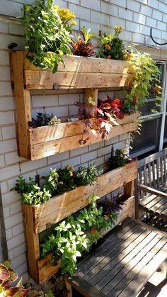 25 creative vertical garden ideas for small backyard 21 Vertical Garden Design, Vertical Gardens, Diy Pallet Vertical Garden, Herb Garden Pallet, Vertical Planter, Veg Garden, Garden Tips, Outdoor Planters, Garden Planters