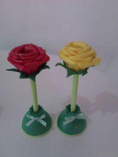 Canetas decoradas... rosas de eva... Atendendo ao pedido da querida Fernanda Teixeira, aí estão as canetas decoradas prontas pra seguire... Socks, Mariana, Handmade Crafts, Gifts, Kitchen, Paper, Valentines, Jelly Beans, Cold Porcelain