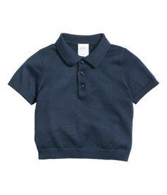 Mörkblå. BABY EXCLUSIVE/PREMIUM QUALITY. En tröja i finstickad, mjuk kvalitet av silkes- och bomullsblandning. Tröjan har krage och knäppning upptill samt