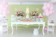 Para a festa com tema ursas princesas, a Jazz Assessoria em Eventos (www.jazzassessoria.com.br) cobriu o painel de estrutura metálica com tecido. Para compor a decoração, coroas e ursa, pintadas em dourado e feitas em MDF, foram costuradas no pano, dando charme à mesa cheia de doces e flores
