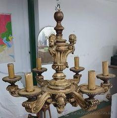lámpara antigua de seis brazos de madera de nogal y estuco.