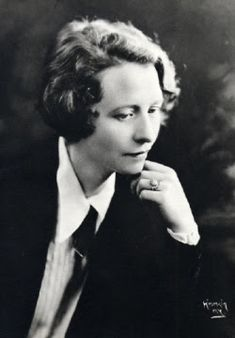 Graduating Vassar in Edna St. Vincent Millay was a renowned poet.edu/alumni/edna-st-vincent-millay. Book Writer, Book Authors, Books, Edna St Vincent Millay, Great Poems, Poetry Month, La Rive, Writers And Poets, Playwright