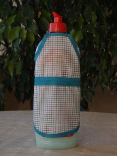 Delantal para botellas hecho de tejido algodón/poliéster y cinta de algodón. Lavable a 30 grados. Apron, Dishwasher, Soaps, Wine Bottles, Aprons, So Done, Tejido, Pinafore Apron