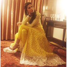#MahiraKhan in #NidaAzwer.. Love the cut and colour of this piece, and no-one does #traditional #Eastern better than Mahira! #gorgeous #fashion #pakistan #binroye