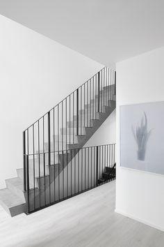 Valoa hohtava Lumi-maali Potius Isokivi -kohteen sisäseinistä. #asuntomessut #tikkurila #asuntomessut2015 #lumi #stairs #portaat #white #concrete