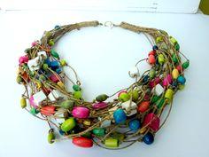 Soggiorno Eco con CYNAMONN! ♥ Semplice ed elegante collana di lino con fiori di legno verniciati Nuova collezione CYNAMONN 2012. lunghezza: