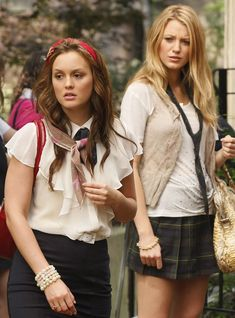 Leighton Meester and co-star Blake Lively in Gossip Girl schoolgirl outfit. Blair with her favourite hairband of course! Gossip Girl Blair, Gossip Girls, Vanessa Gossip Girl, Moda Gossip Girl, Estilo Gossip Girl, Gossip Girl Outfits, Gossip Girl Fashion, Gossip Girl Uniform, Gossip Girl Serena
