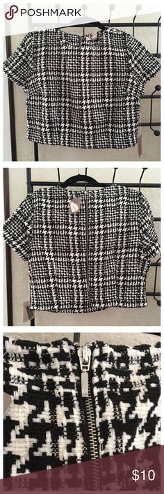 Boxy Houndstooth Crop Top. Thick boxy crop top with houndstooth print all over and zipper in the back. NWT. Never been worn. I really liked this top to wear in the office with a pencil skirt and heels but it was really hard to raise my arms and I felt constricted despite it being a size large. Forever 21 Tops