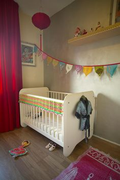 If you do not have a room for the baby, you stress the baby corner for example with a colored wall, a shelf and a pretty colored flags chain