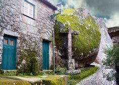 Un village construit au milieu de rochers géants