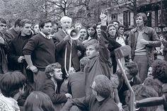 1er mai 1968, place de la Sorbonne: Alain Geismar, Louis Aragon, Daniel Cohn-Bendit. - Photo Serge Hambourg