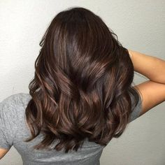 Trendy Brown Hair Color Ideas You Can Try brown hair colors, brown hair with caramel highlights, ashy brown hair, chocolate brown hair Brown Hair Balayage, Hair Highlights, Subtle Highlights, Caramel Highlights, Medium Hair Styles, Short Hair Styles, Brown Hair Colors, Brunnete Hair Color, Hair Color For Morena Skin
