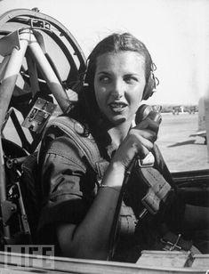 Women in World War II (9) Nancy Nesbit, uma estagiária pilota em treinamento de voo, comunica-se com a torre de controle do Exército em Campo Avenger no Texas