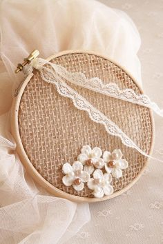 Cet article n'est pas disponible Embroidery Hoop Crafts, Floral Embroidery Patterns, Ring Holder Wedding, Ring Pillow Wedding, Diy Kids Furniture, Dream Catcher Craft, Wedding Gift Wrapping, Shabby Chic Curtains, Engagement Decorations