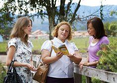 Sandra y Rúbia dirigiendo un estudio bíblico