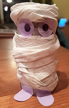 Mummie van een wc-rol knutselen Crafts For Kids, Arts And Crafts, Daddy Day, Never Grow Up, Baby Play, Pumpkin Decorating, Craft Work, Halloween Diy, Holiday Fun