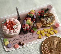 苺クリームのケーキとマカロンとフランボワーズのケーキ バラのキャンドル、クッキー