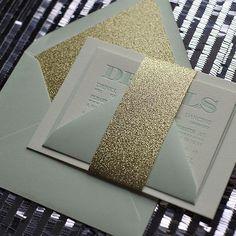 Elegantes invitaciones de boda en verde menta, blanco y dorado con brillos