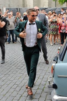 Green wedding suit - Autumn Fashion for grooms Dust the Yellowed Leaves! Green Wedding Suit, Vintage Wedding Suits, V Neck Wedding Dress, Tuxedo Wedding, Wedding Attire For Men, Men Wedding Suits, Groom Suit Vintage, Hipster Wedding, Gothic Wedding