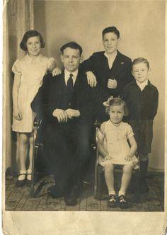 Robert Hugh Graves with (l-r) Barbara, Robert (sen) Robert (jun) Walter Richards and in front Catherine