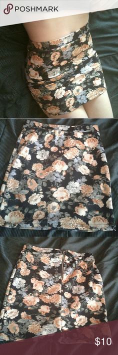 Floral mini skirt Cute floral mini skirt, super stretchy, worn once Forever 21 Skirts Mini