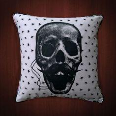 Loja com plataforma no site Enjoei vende almofadas com estampas criativas de R$ 19 a R$59.