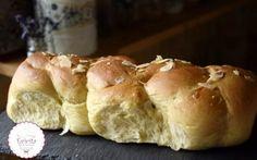 Τσουρέκι Νηστίσιμο με Μέλι και πολλές ίνες - evicita.gr Sweet Buns, Sweet Pie, Bread Cake, Bakery, Deserts, Muffin, Food And Drink, Sweets, Vegan