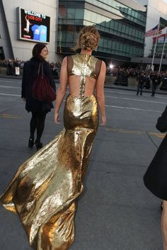 d-i-e for a flowing gold lame train. jennifer lawrence is shutting it down.