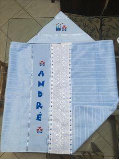Montagem de toalhas de banho e rosto para formar a toalha com capuz para bebês. Bordada a mão em ponto cruz.