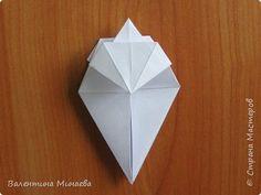 На авторство особо не претендую, возможно такие цветочки уже где-нибудь появлялись, не могу утверждать. Соединительные модули по сборке очень похожи на модуль кусудамы Каркасс Екатерины Лукашевой, только крепление осуществляется по-другому. Короче, такой вот гибрид из двух разных модулей.    Name: Blooming icosahedron - I  Designer: Valentina Minayeva Parts: 12 (pentagons) Paper: 6,4 x 6,4 х 6,4 х 6,4 х 6,4 Parts: 30 (squares) Paper: 6,4 х 6,4 Final height: ~ 10,0 cm without glue фото 23