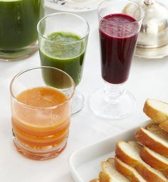 Möhren-Apfel-Saft 2 Portionen: 500g mitteldicke Möhren 400 g säuerliche Äpfel, (z.B. Elstar) 2 El Zitronensaft Salz 1,5 El Holunderblütensirup