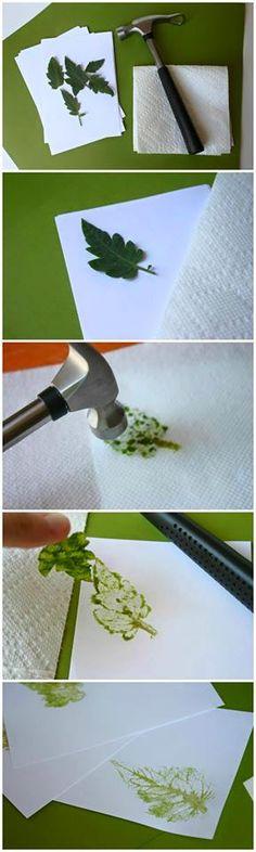 Maak een afdruk met sap van platgeslagen blaadjes! Neem een wit blad een hamer, (een rubber hamertje kan natuurlijk ook, anders even samen met de hamer het blaadje pletten) leg hier een stuk keukenpapier op en haal het sap uit het blaadje door hierop te slaan met de hamer. Laat het sap mooi drogen en het kind heeft een mooie afdruk van een blad met blaadjes vocht!