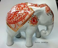 Keiko shimizu China Painting, Porcelain Ceramics, Animal Sculptures, Elephants, Creative Ideas, Animales, Painting Techniques, Hands, Paint