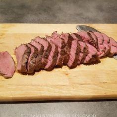 Edels Mat & Vin: Langtidsstekt mørbrad (8 timer på 50°C) med ostepoteter og peppersaus ♫ Butcher Block Cutting Board, Pork, Food And Drink, Beef, Meal, Blogging, Pork Roulade, Meat, Pigs